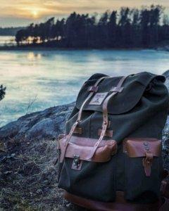 rucksack-neben-fluss